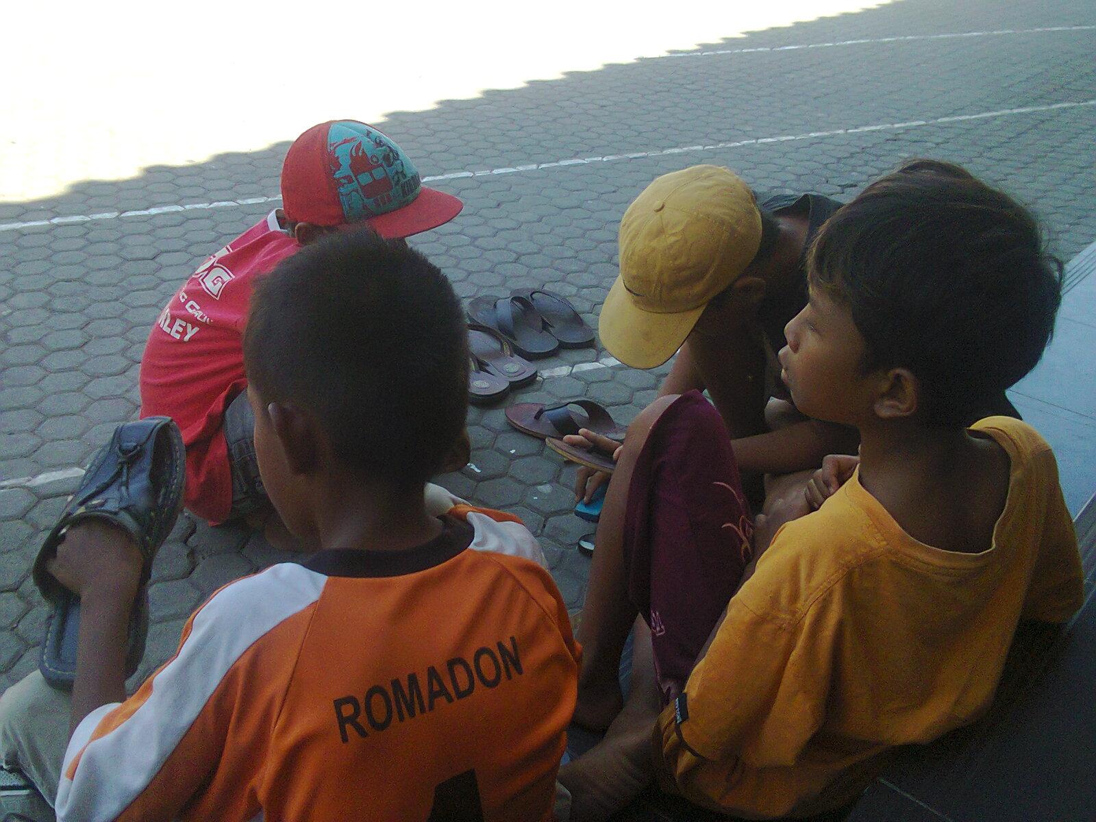 Sejumlah Siswa Nyemir Di masjid Agung