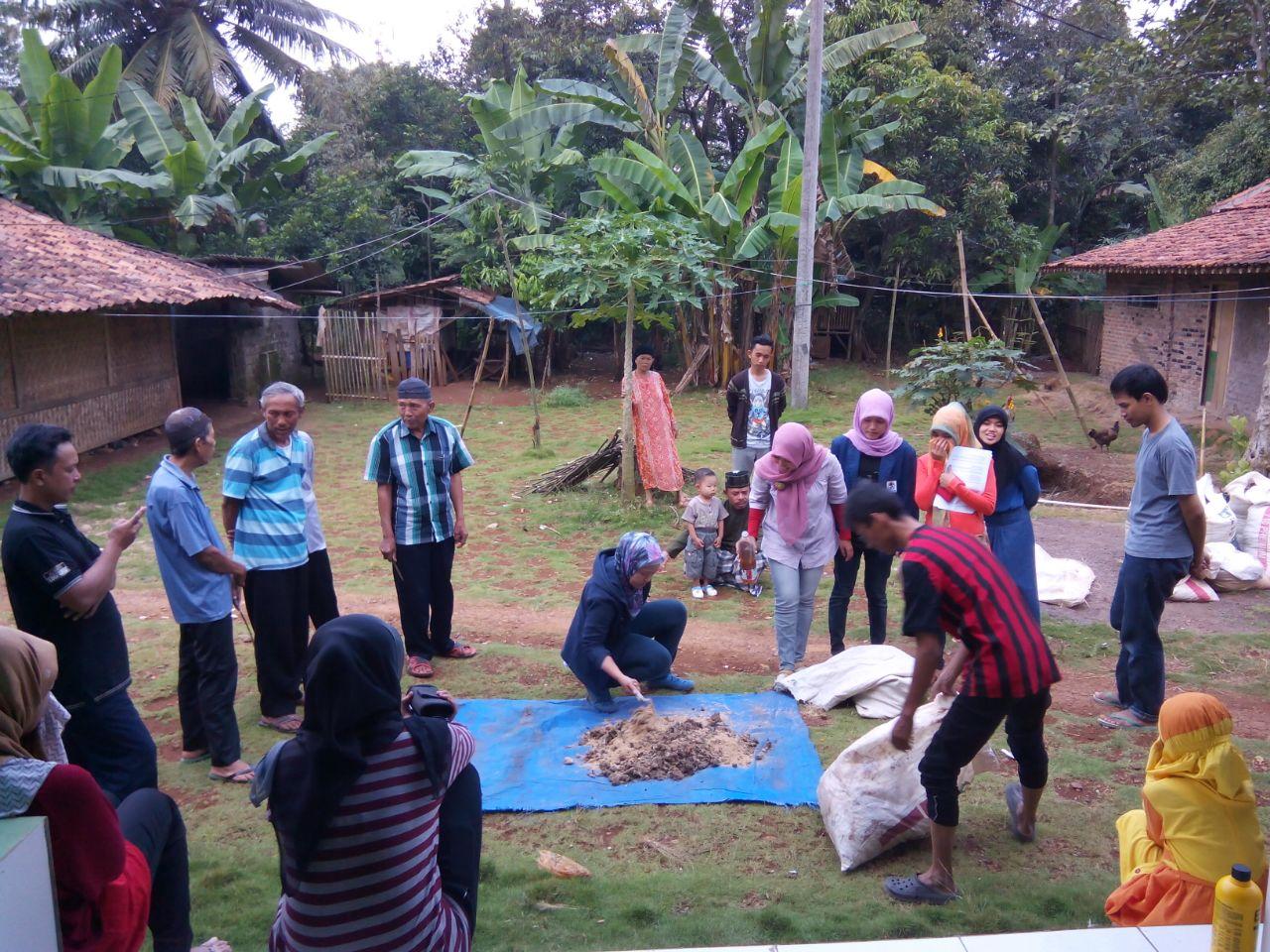 Ilustrasi. KKN Mahasiswa UIN Jakarta Sedang memberikan pengajaran kepada Masyarakat di Ds Karya Mekar Bogor