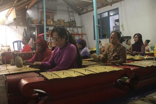 mediakita_rajin-berlatih-ibu-ibu-desa-surajaya-berlatih-gending-jawa-desa-surajaya