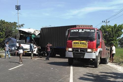 Bus Tabrak Truk di Lingkar Utara Pemalang
