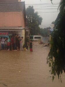 Minibus Terseret Banjir
