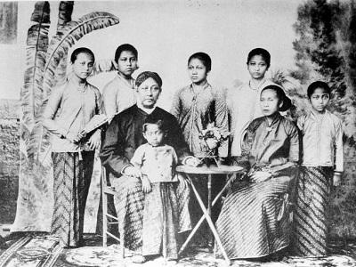 http://malahayati.ac.id/?p=23948 Kartini-Bersama-Keluarganya