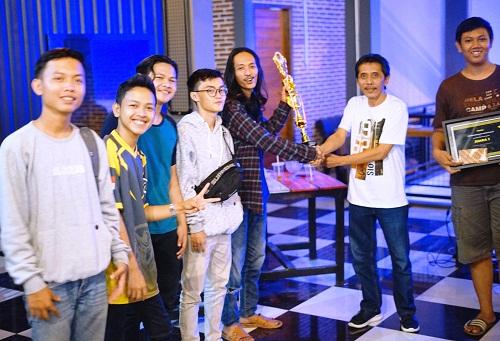 Bambang Mugiarto Menyerahkan Piala Kepada Pemenang