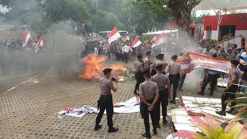 Demonstrasi di depan KPK berakhir ricuh.