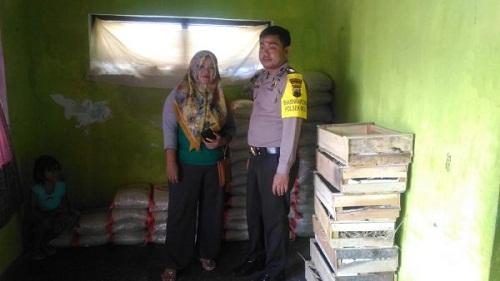 Personil Polsek Moga Turut Membantu Lancarnya Penyaluran BNPT di Desa Mandiraja Pemalang