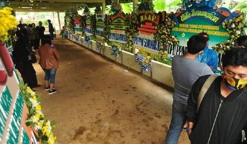 Provokator Penolakan Jenazah Ditahan dan Tersangka, Di Makam Penolakan Jenazah Kebanjiran Karangan Bunga