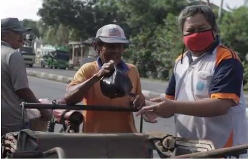Peduli Pandemi : SMK Satya Praja 1 Pemalang Bagikan Bantuan