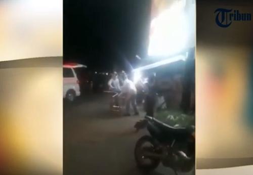 Viral, Vidio Proses Evakuasi Gadis Pingsan Diduga Corona, Ternyata Begini !
