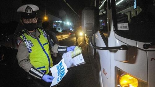Polisi Amankan 15 Travel Gelap Berpenumpang 113 Pemudik di Cikarang