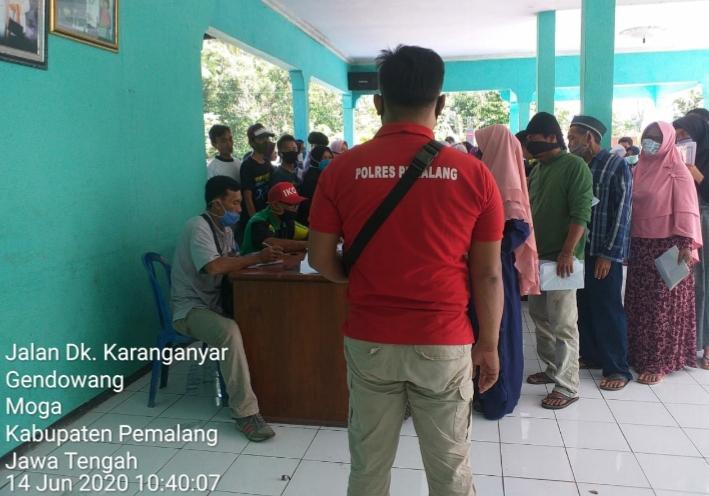Polsek Moga Monitoring Penyaluran BSNT di Desa Gendoang Pemalang