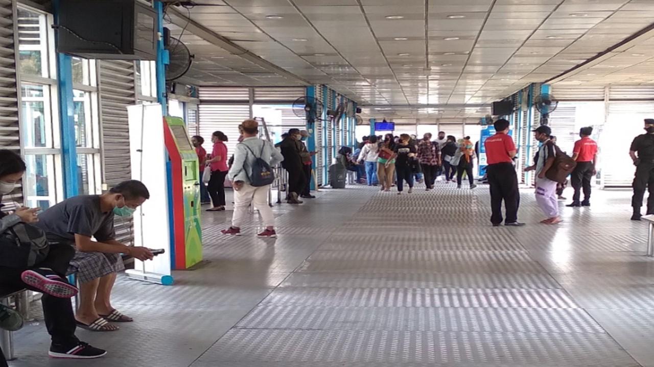 Warga Jakarta Keluhkan Kurangnya Armada Bus Transjakarta di Masa Transisi