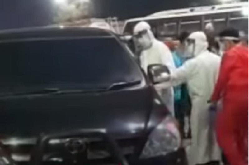 Sepasang Pria dan Wanita Ditemukan Tewas Tanpa Busana di Dalam Mobil