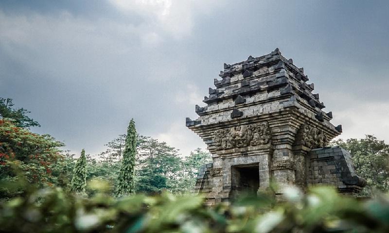 Dongeng Politik: Politik Halus Taman Istana