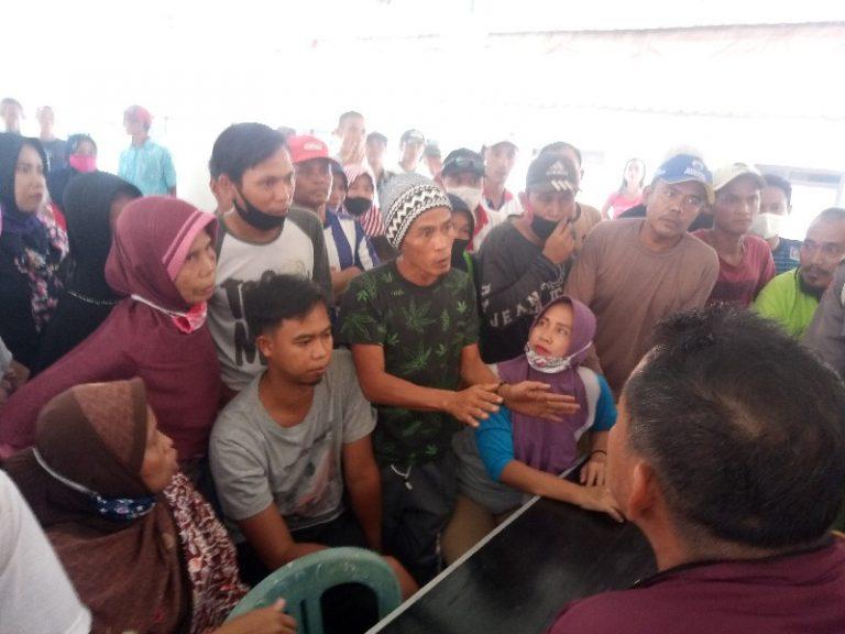 BLT Tak Cair, Warga Desa Glandang di Pemalang Geruduk Balai Desa
